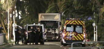 La France encore ciblée: un camion fonce sur la foule à Nice et tue au moins 80 personnes