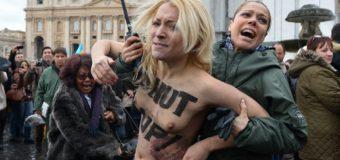 Vatican: trois militantes Femen se dénudent pendant l'Angelus du pape à Rome