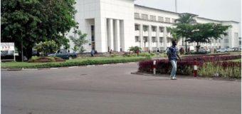 Fonction publique: de nouvelles recrues contraintes de dormir à la belle étoile à Kinshasa